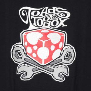 Toadstoolbox logo mustalla t-paidalla. (Valokuva tuotteesta)
