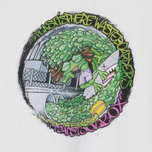 Kuva printistä, Toadstoolbox - Plastisphere Wasteboarders valkoisella t-paidalla. (Valokuva tuotteesta)