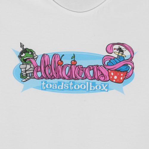 Toadstoolbox - Delicious valkoisella ladyfit t-paidalla. (Valokuva tuotteesta)